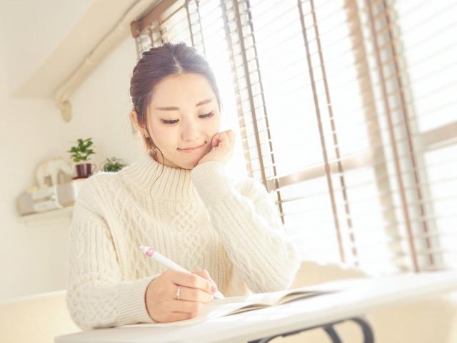 スペイン語を独学で勉強する女性
