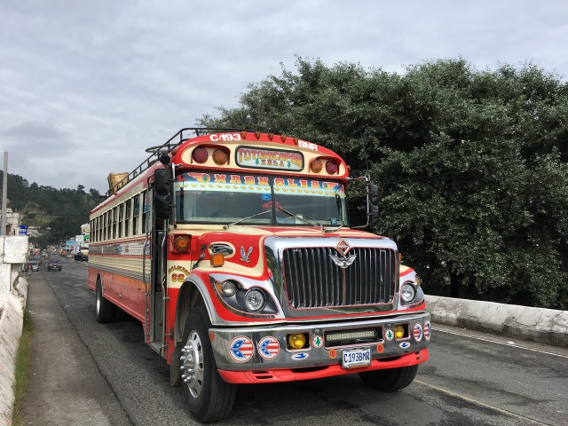 グアテマラ名物チキンバスは飛ばしすぎ!