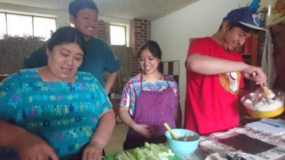 グアテマラ人と一緒に日本食を料理