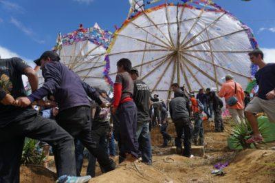 グアテマラの死者の日は朝からサンティアゴサカテペケスで超巨大凧を見る