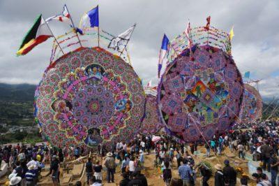 グアテマラの死者の日の巨大凧揚げ