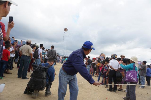 グアテマラの死者の日に舞い上がる巨大凧は午後のスンパンゴで