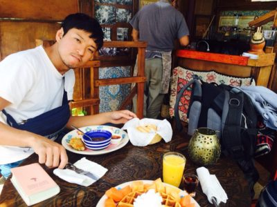 サンフアンララグナのカフェで美味しいコーヒーを飲むオチョ2