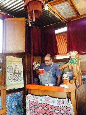 ハンドドリップで美味しいコーヒーを淹れるカフェラスマリアスの店主