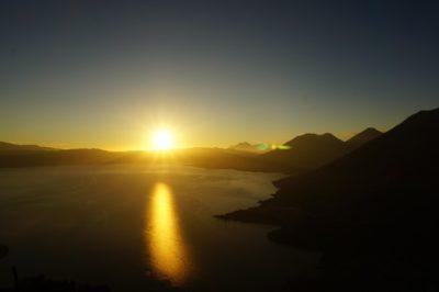 グアテマラの山から見下ろすアティトラン湖の朝日