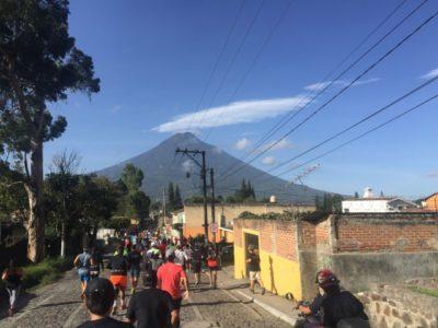 世界遺産の町から眺めるアグア山