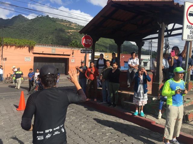 アンティグアハーフマラソン沿道からの声援1