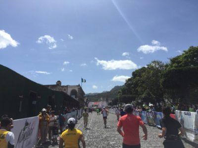 アンティグアハーフマラソンゴール直前