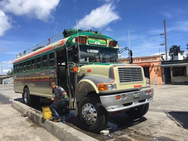 グアテマラのチキンバス(カミオネタ)横から