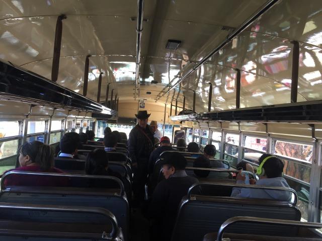 グアテマラのチキンバス(カミオネタ)車内