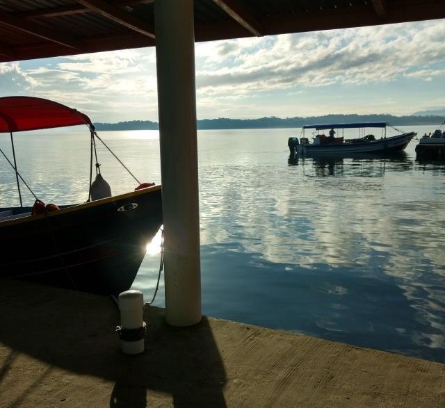 グアテマラの湖を移動するランチャ