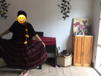 お土産のウイピル(民族衣装)を着る女性