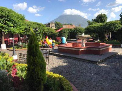 世界一オシャレ!?アンティグアのマクドナルドでアグア山を眺めながらハンバーガー