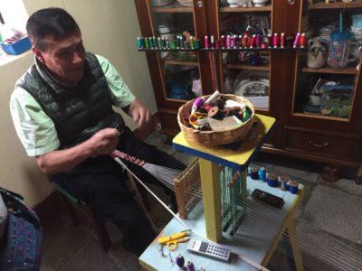 かわいい小物・アクセサリーを作るグアテマラのアクセサリー職人パブロさん